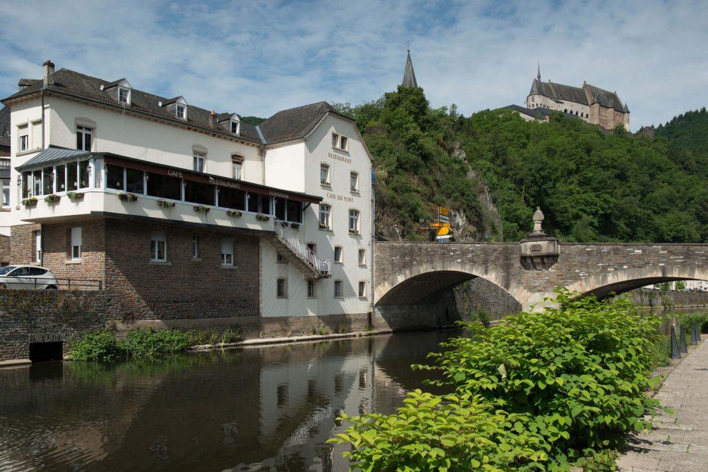Cafe du Pont Vianden Luxemburg met op de achtergrond het kasteel van Vianden.
